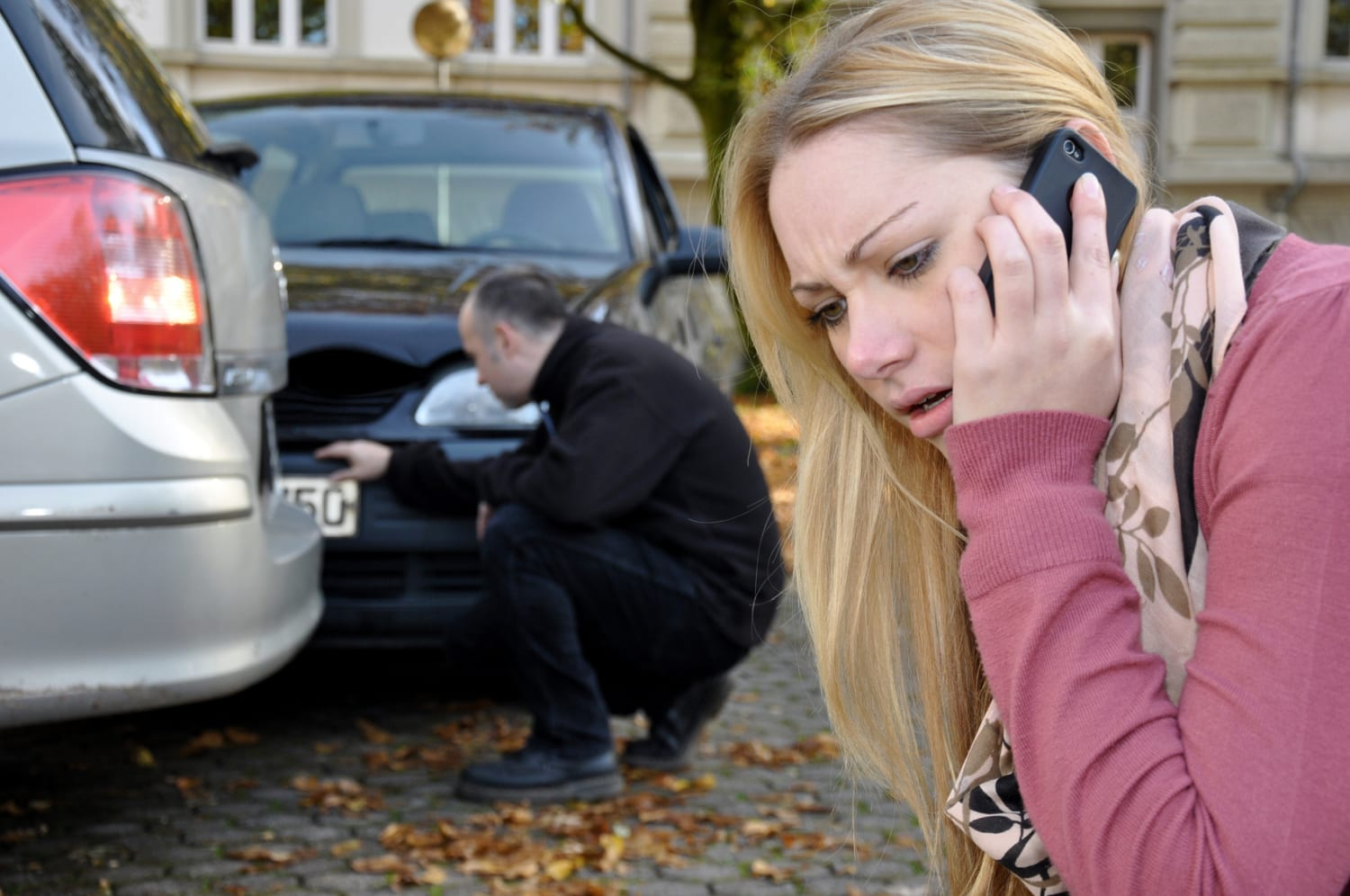 woman calling for police for a car accident that's not her fault